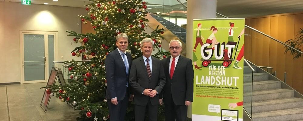 Die Vorstandsmitglieder der Sparkasse Landshut Helmut Muggenthaler und Dietmar Bruckner mit Pressesprecher Thomas Joos