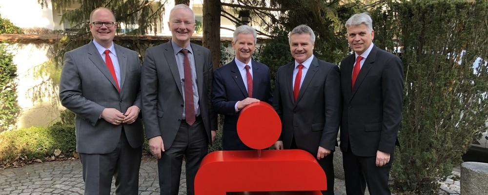 Vorstandsmitglied Andy Geisler, OB Alexander Putz, Vorstandsvorsitzender Dietmar Bruckner, Landrat Peter Dreier und Vorstandsmitglied Helmut Muggenthaler (v.l.)