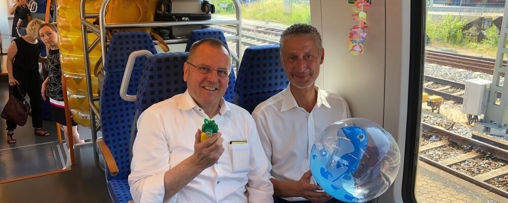 Thomas Prechtl von der Bayerischen Eisenbahn-Gesellschaft und Hansrüdiger Fritz von der DB Regio im ÜFEX