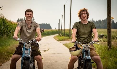 Die beiden Wittmann-Brüder Thomas (links) und Julian (rechts) in Lederhosen auf ihren alten Zündapps